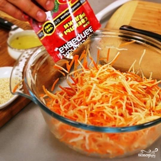 """Добавляем к овощам готовую заправку """"Для свеклы и редьки"""". При ее отсутствии, можно просто посолить овощи и подождать, пока они пустят сок."""