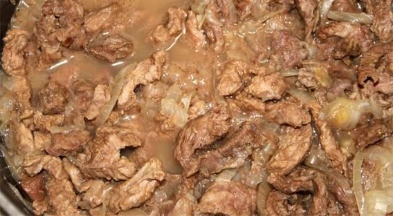 """Присыпаем мясо солью, перцем и специями по вкусу. Готовим в режиме """"Тушение"""" 1 час 30 минут."""