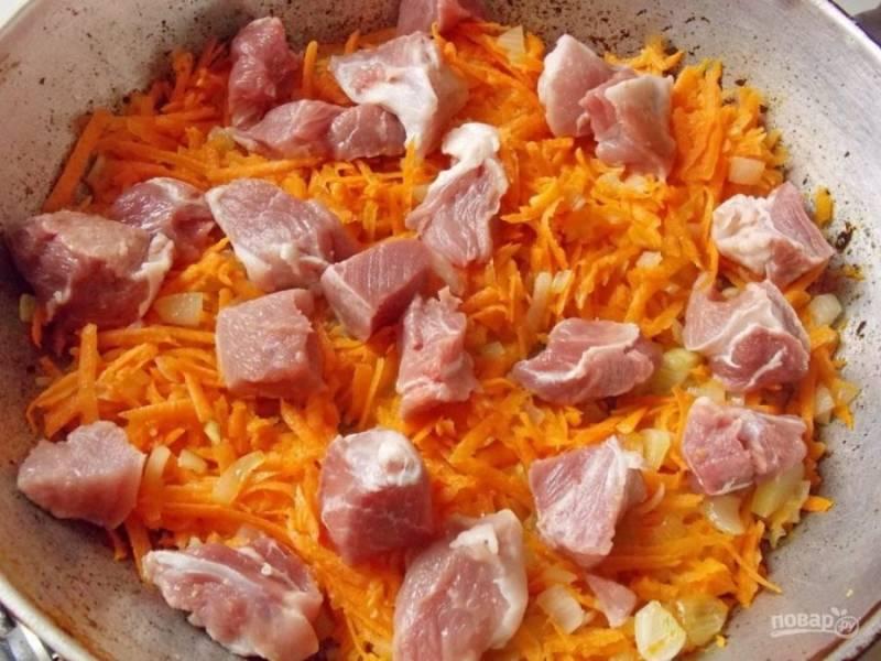 3.Вымойте мясо и нарежьте его небольшими кусочками, добавьте к овощам спустя 3 минуты после моркови.