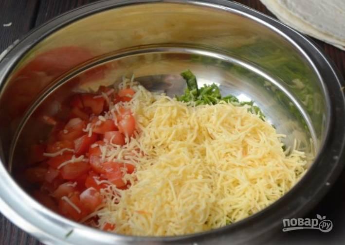 Трем на терке очищенный чеснок, а затем твердый сыр.