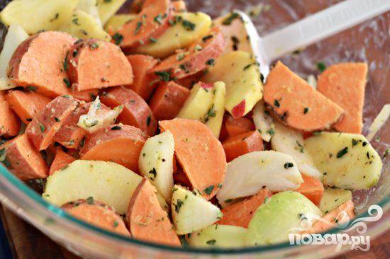 3. Тем временем приготовить начинку. Нарезать шалфей и тимьян. Разрезать яблоко пополам и извлечь сердцевину. Разрезать каждую половинку на 8 ломтиков и положить их в большую миску. Нарезать сладкий картофель кубиками и нарезать лук дольками, добавить к яблокам. Добавить сливочное масло, шалфей, тимьян и перемешать осторожно. Посолить, поперчить и снова перемешать.