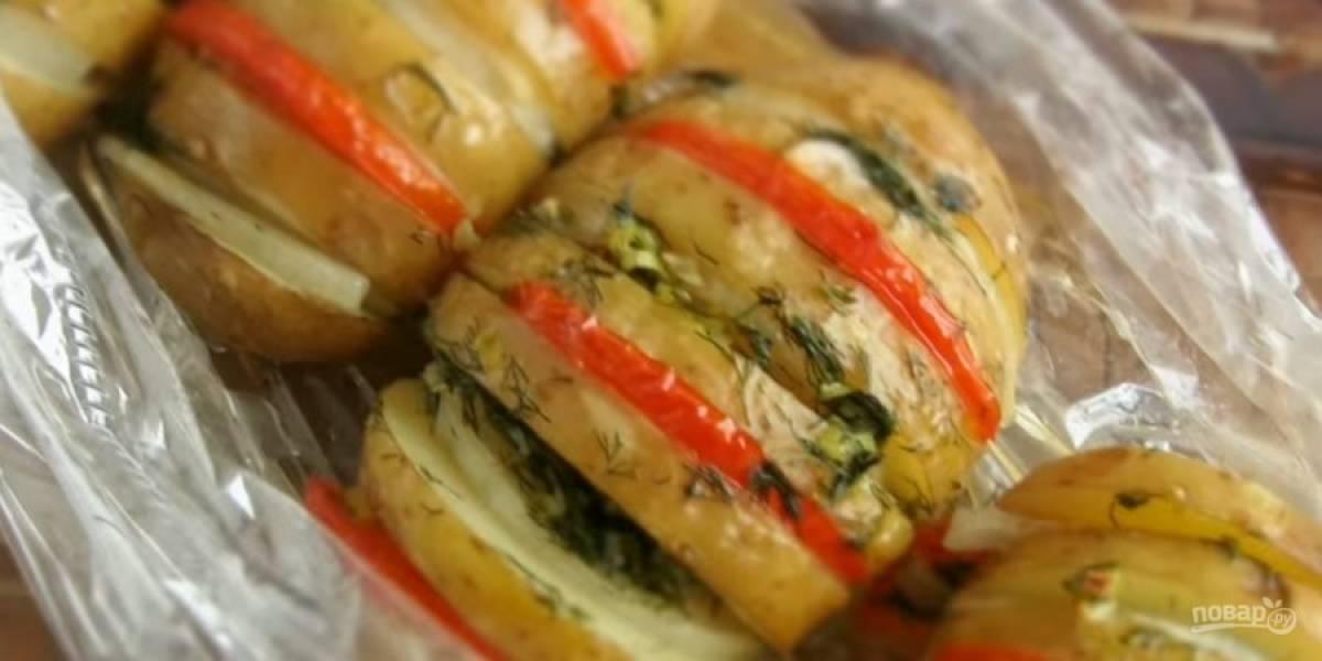 4. В конце приготовления разрежьте пакет, смажьте картофель растительным маслом или сметаной. Приятного аппетита!