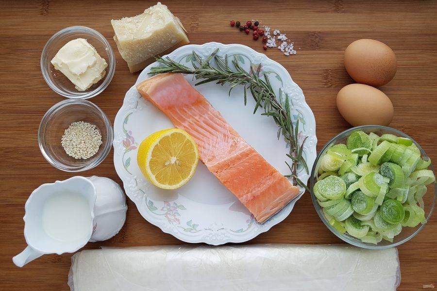 Для начала подготовьте все ингредиенты. Тесто необходимо накануне вечером переложить из морозильной камеры в холодильник. То же касается и рыбы, если она у вас в замороженном виде.