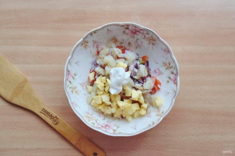Салат посолите по вкусу и заправьте небольшим количеством майонеза.