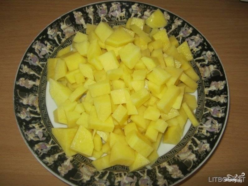 Пока варится бульон, очистите картофель и порежьте довольно крупными кусочками. Купусту нашинкуйте мелко. Лук очистите от кожуры и мелко нарежьте, а морковь вымойте и натрите на крупной тёрке.