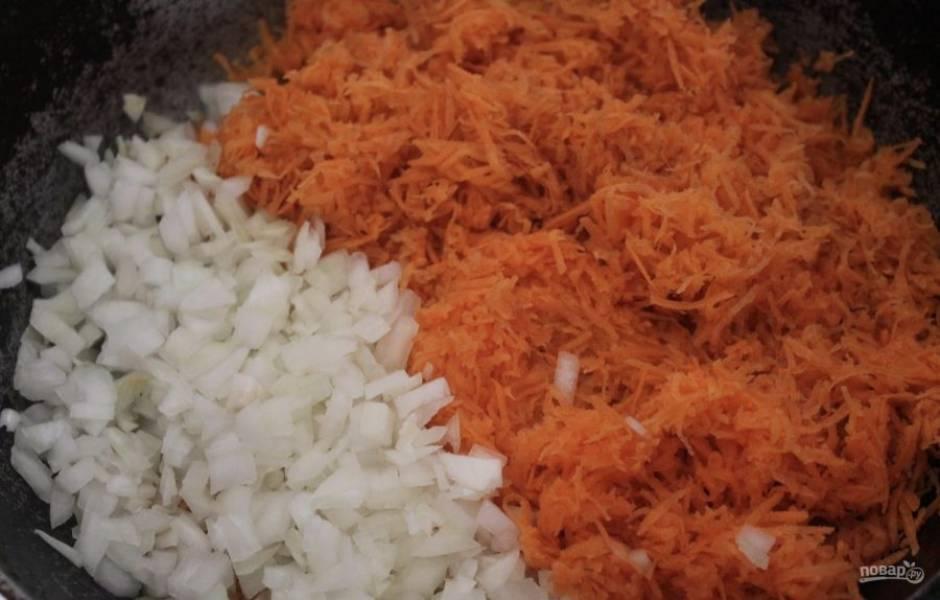 Очистите морковь и лук. Морковь мелко натрите, лук мелко нарежьте. Обжарьте овощи на разогретой с маслом сковороде. Пассеруем минут 10-15.