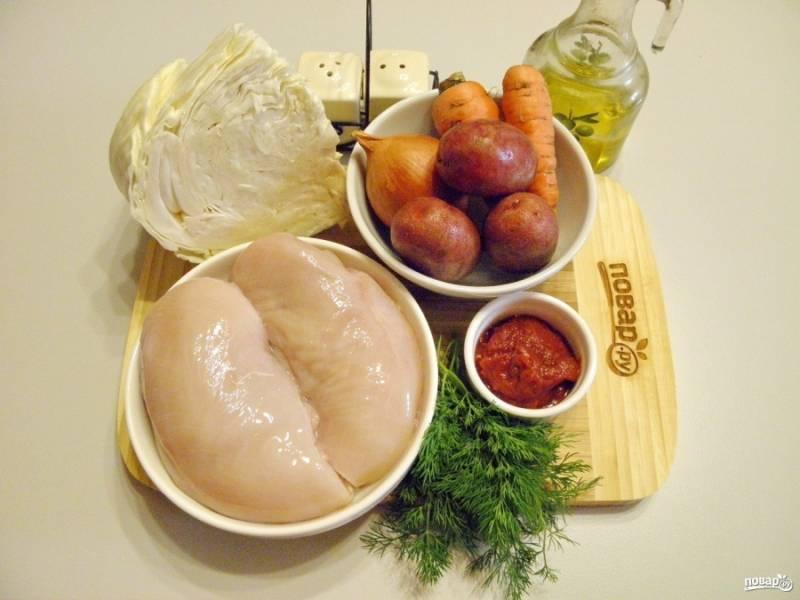 1. Подготовьте мясо и овощи. Вымойте мясо, обсушите его бумажной салфеткой, чтобы не стреляла вода в горячем масле. Овощи очистите от кожуры и сполосните под водой. Для приготовления понадобится одна или несколько сковородок и казан. Обжаривать овощи можно поочередно или одновременно на нескольких сковородках. Приступим.