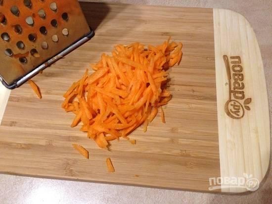 2. Очистим небольшую морковку и натираем ее на крупной или средней терке.