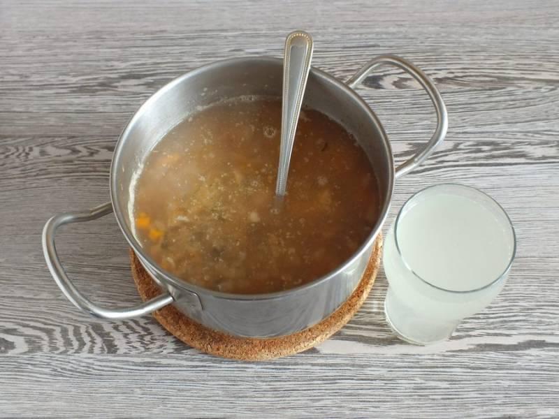 Когда овощи будут готовы, добавьте в кастрюлю лук с огурцами и оставшийся рассол. Варите после закипания 10 минут.