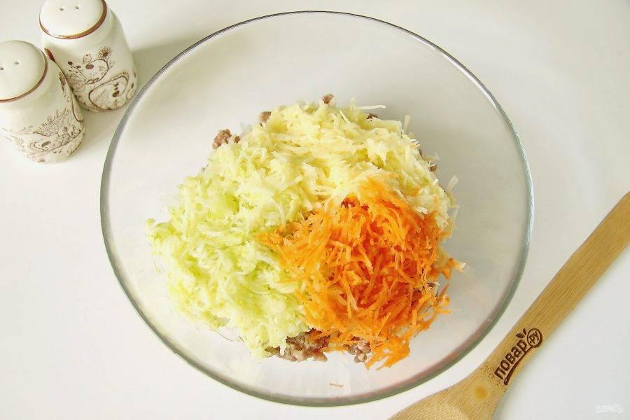 Картофель, морковь и кабачок натрите на мелкой терке.