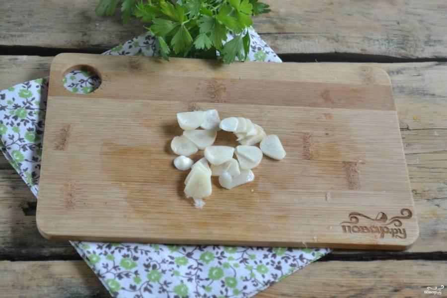 Чеснок нарежьте тоненькими кружочками, чтобы при тушении он полностью разварился и придал мясу оригинальный островатый вкус и аромат.