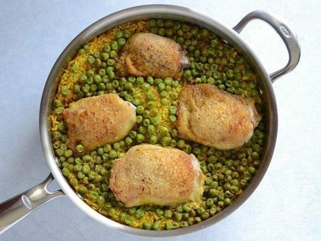 7.Накройте сковороду крышкой и тушите на слабом огне 25 минут, затем выключите огонь и оставьте так еще на 10 минут.