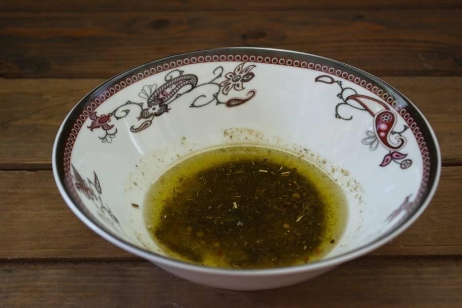 Взбейте вилкой до образования густого соуса.