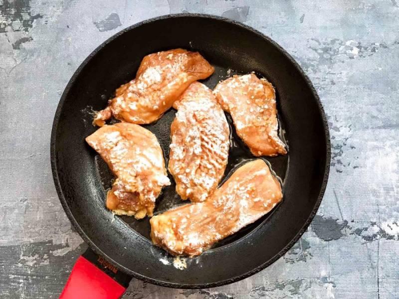 Возьмите по одному кусочку куриного филе из маринада, окуните его сначала в яйце, затем в муке и выложите на хорошо разогретую сковороду с растительным маслом.