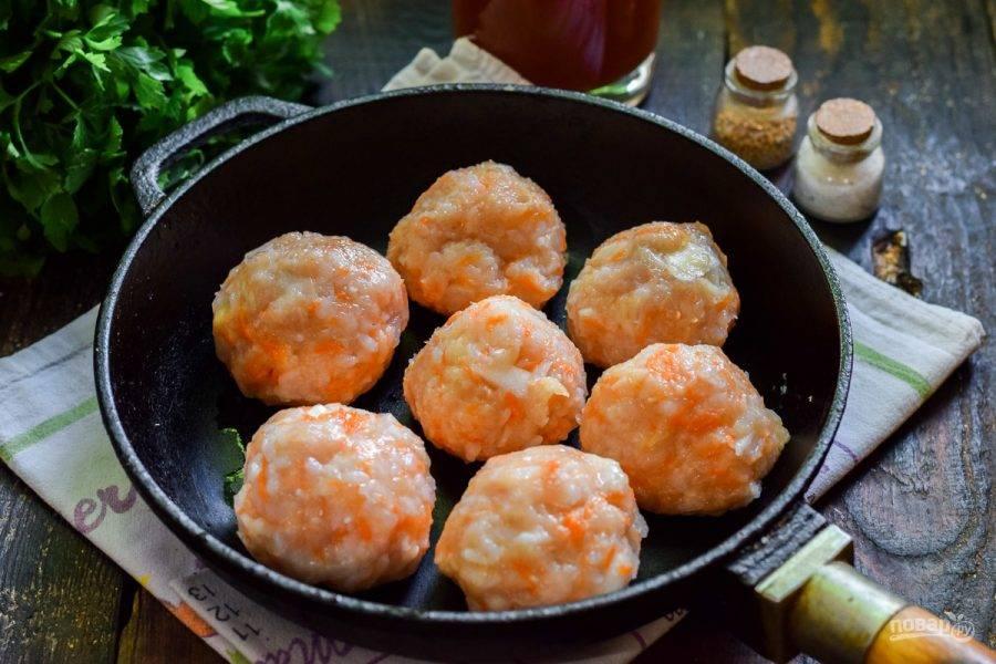 Сформируйте небольшие шарики и выложите их на сухую сковороду с высокими бортиками. Томатную пасту разведите в воде.