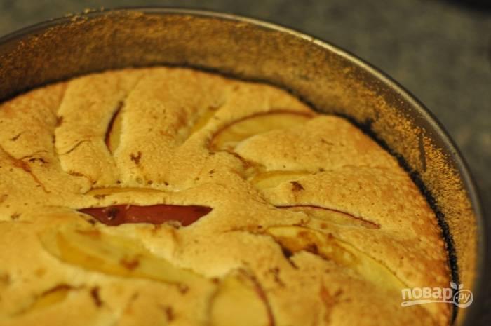 Влейте тесто в форму и сверху выложите яблоки. Отправьте запекаться на 30 минут.