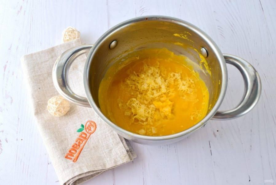 Добавьте тертый сыр, варите до растворения сыра. Снимите с огня и дайте постоять 15 минут под крышкой.