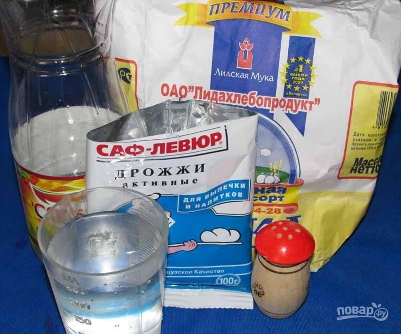 Все ингредиенты из состава перемешайте. Замешайте тесто. Оставьте его на 1 час в тёплом месте.