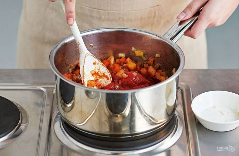 5. Приправьте бульон бальзамическим уксусом, томатной пастой, тимьяном, добавьте помидоры в собственном соку. Доведите до кипения, затем всыпьте спагетти и варите их в течение 5 минут.
