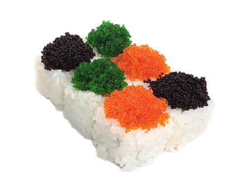 Можно подать суши, сформировав из риса основу, а сверху украсив икрой.