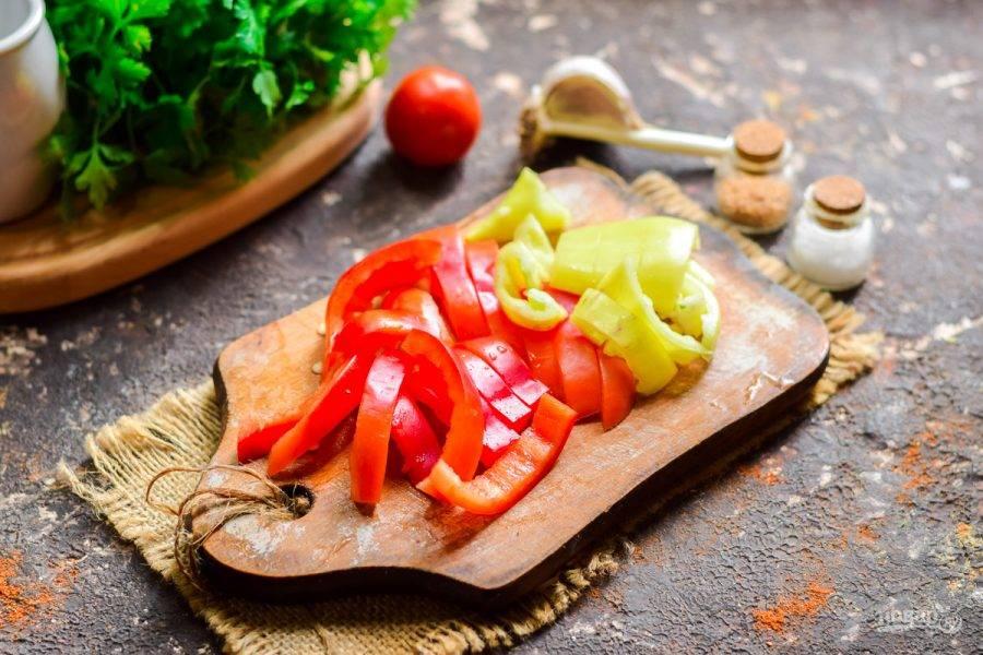 Сладкий перец очистите и вымойте, просушите. Нарежьте перец крупными пластинами или полосками.