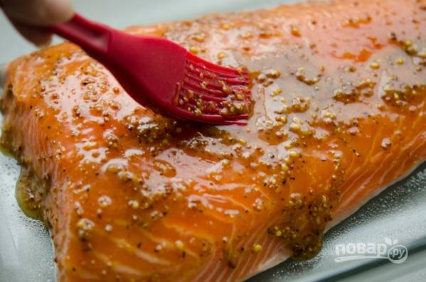 Филе лосося обмойте, обсушите и  посолите. С помощью кисточки обильно смажьте рыбу соусом.