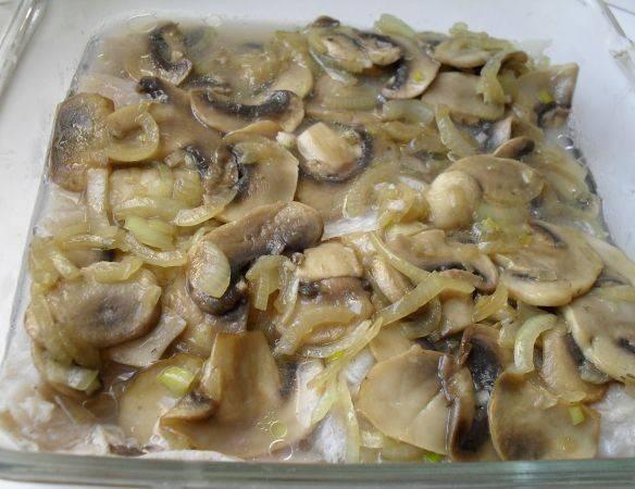 Сверху кладем обжаренные грибы и лук, при необходимости добавляем еще соль и перец. Ставим форму в разогретую до 240 градусов духовку на 20 минут. Готовую рубку выкладываем на тарелку вместе с грибами и подаем к столу. Приятного аппетита!