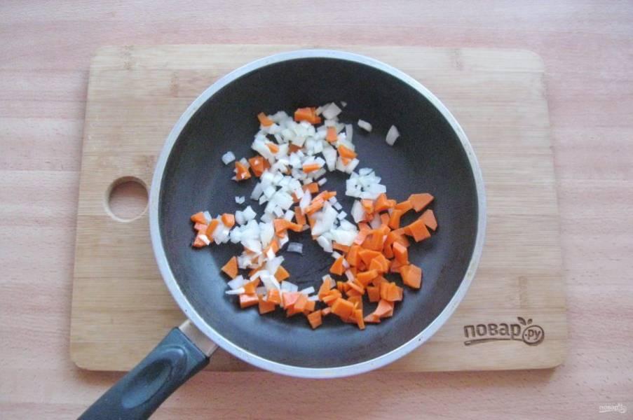 Пока картофель варится, морковь и лук очистите, помойте и нарежьте, но не очень крупно. Выложите в сковороду.