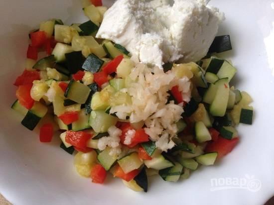Добавим к остывшим овощам измельченный чеснок и обезжиренный творог. Солим и перчим по вкусу.