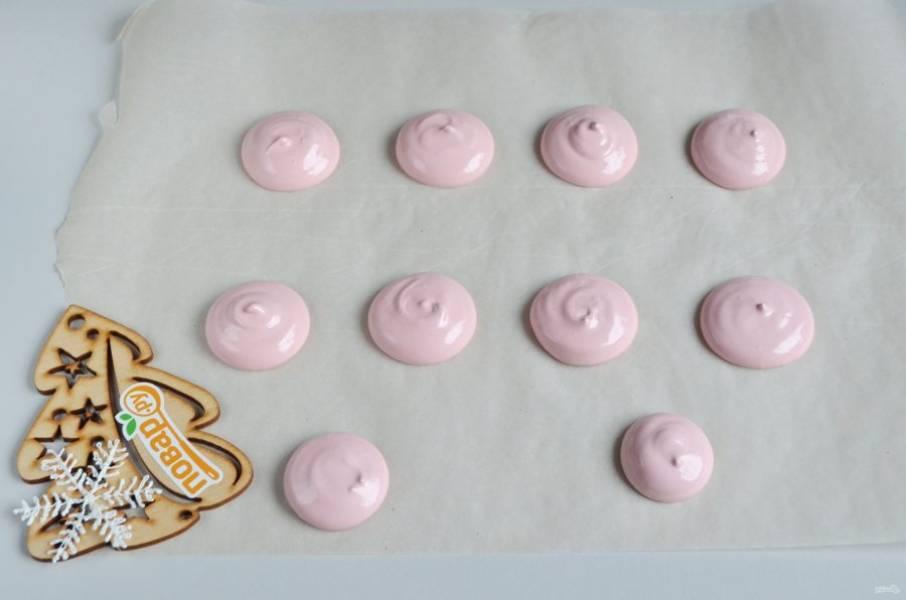 Сушить безе можно на силиконовым ковриках или пергаменте. Сначала сделайте круглые розовые мордочки. Меренга плотная, чтобы получилось более-менее круглой формы, после того, как я отсадила их, зубочисткой ровняла, делала круговые движения, чтобы они немного расплылись.