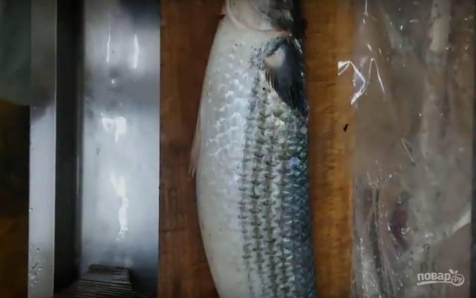 Для начала нужно почистить рыбу и вынуть икру.