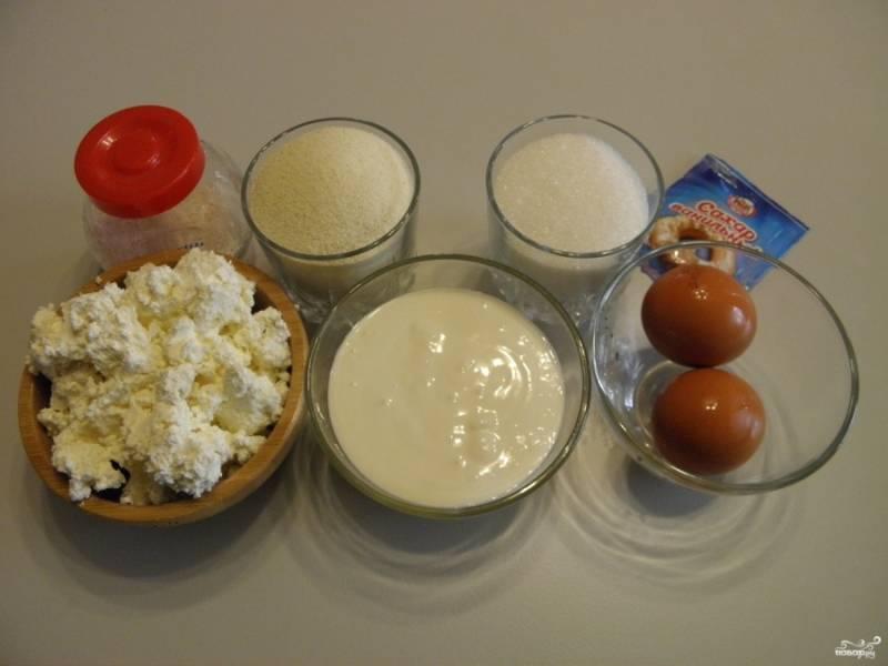 Подготовьте продукты для манника. Яйца, если крупные, берите две штуки, если мелкие — возьмите три. Приступим.