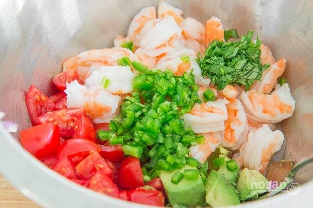 3. За это время вымойте, обсушите и нарежьте кусочками помидор, авокадо. Добавьте в мисочку креветки и измельченную зелень по вкусу. Любителям остренького рекомендую добавить немного перца.