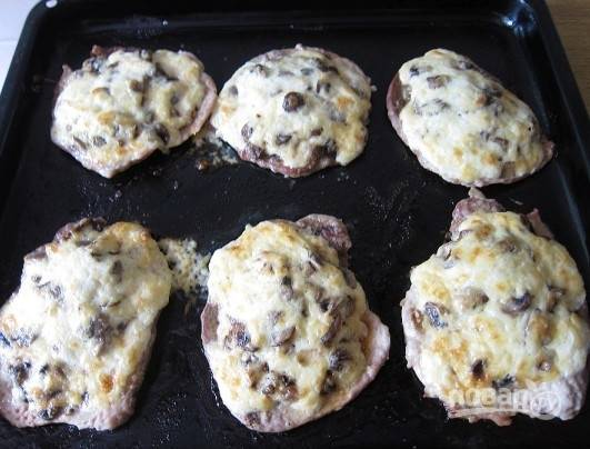 Готовое мясо по-французски подавайте с любым гарниром или салатом. Приятного аппетита!