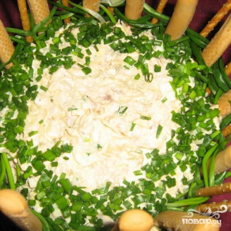 Теперь можно заправить салат майонезом, поперчить и посолить по вкусу. Края посыпаем зеленым луком.