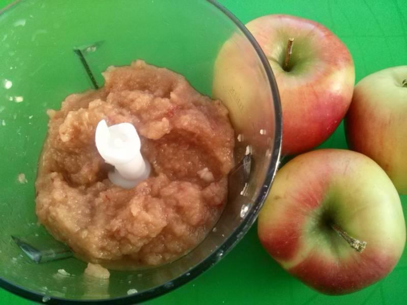 Нарежьте яблоки ломтиками, измельчите их до состояния пюре в блендере. Можно воспользоваться мясорубкой. Главное, чтобы готовое пюре было однородным.