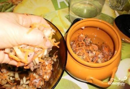В горшочек наливаем пол стакана воды и выкладываем в него мясо с овощами. Накрываем крышкой и ставим на 1 час в духовку, температуру устанавливаем 220-230 градусов.