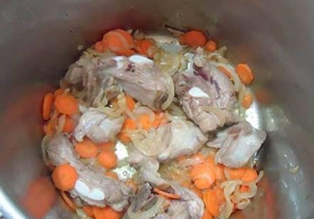 К луку добавляем достаточно крупно нарезанные куски мяса, обжариваем перемешивая. Затем добавляем нарезанную кружочками морковь.