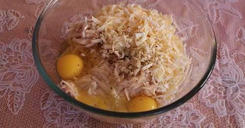 2. Сыр и сырой очищенный картофель трем на крупной терке. Смешаем с яйцами, солью и перцем.