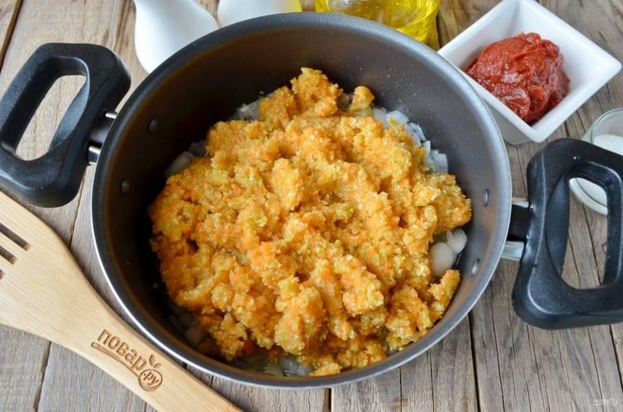 Сложите овощную кашицу в кастрюлю с жареным луком, перемешайте и тушите на медленном огне 40 минут.