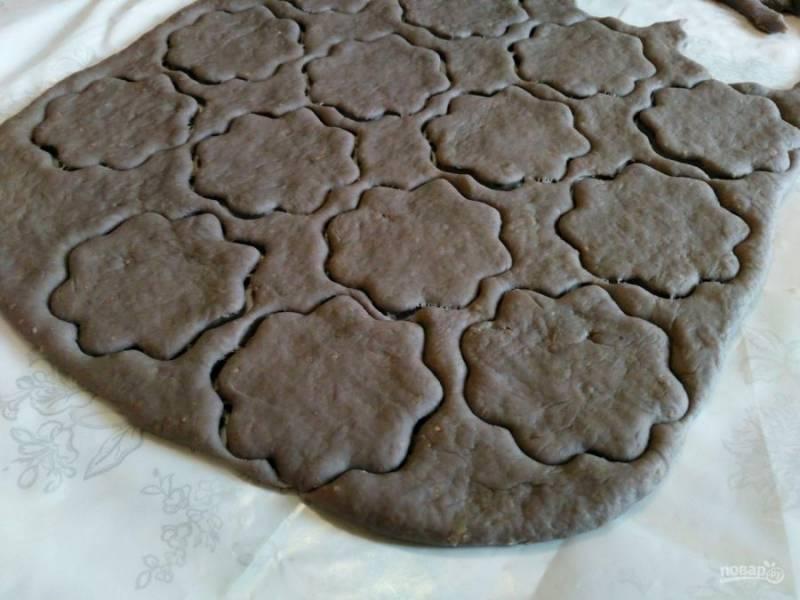 На окончательном этапе снова раскатайте тесто в пласт толщиной 5-6 мм и вырежьте печенье с помощью специальной формочки или стакана.
