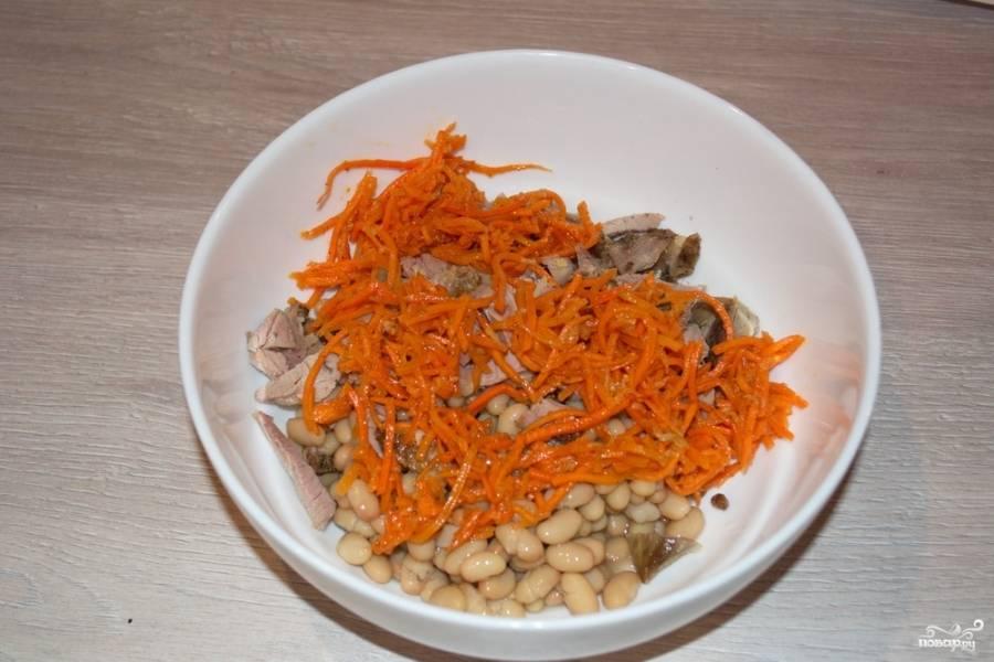 К нарезанным продуктам добавьте слегка нарезанную морковку. Морковь следует нарезать, ибо слишком большие кусочки морковки будут неудобно укладываться на вилке. Трудно будет кушать такой салат.