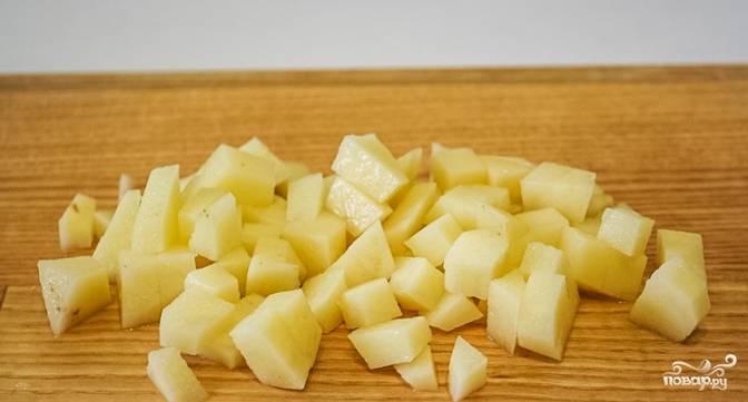 2.Очистите и порежьте на небольшие кусочки картофель.