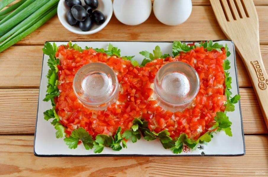 Бока салата задекорируйте петрушкой, верх —  плотным слоем сладкого перца.