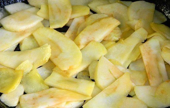 Итак, очищаем яблоки от кожуры, удаляем сердцевину и нарезаем яблоки тонкими ломтиками. В сковороде растапливаем 30 грамм сливочного масла и обжариваем на нем яблоки до золотистого цвета.