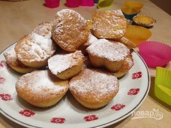Слегка остывшие кексы посыпаем сахарной пудрой.