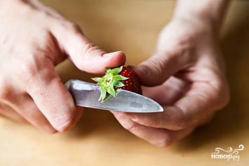 Клубнику моем, очищаем от плодоножек и нарезаем небольшими, произвольными кусочками.