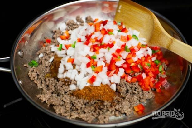 Теперь готовим начинку. Обжарьте фарш на масле 7-8 минут, добавьте соль и перец. Измельчите все овощи и добавьте к мясу вместе с соусом. Жарьте, пока не выпарится жидкость.