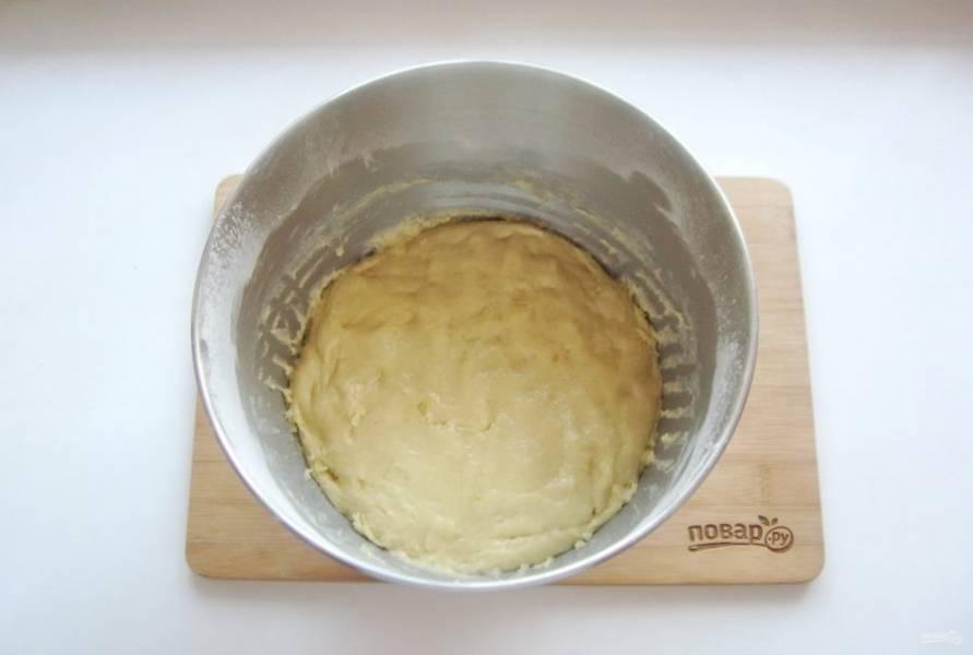 Замесите не очень крутое, слегка липнущее к рукам тесто.