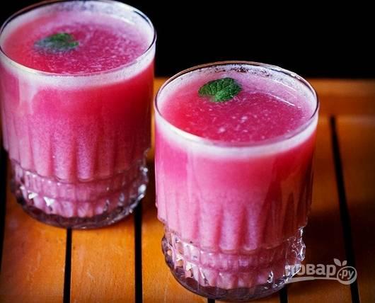 5. Разлейте напиток по стаканам, по желанию добавив лед и листочки мяты.